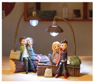 Figuras de parejas bajo una lampara LED