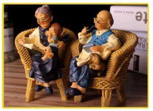Figuras decorativas de abuelos en sus sillas