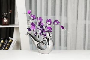 Moderno florero de cerámica con flores de cristal