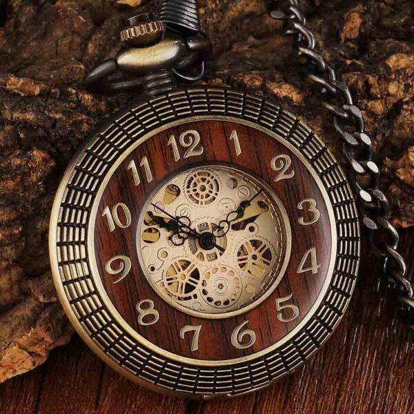 Reloj de bolsillo mecánico con esfera de número tallada en círculo de madera